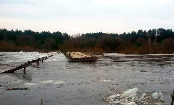 Паводок сносит мост