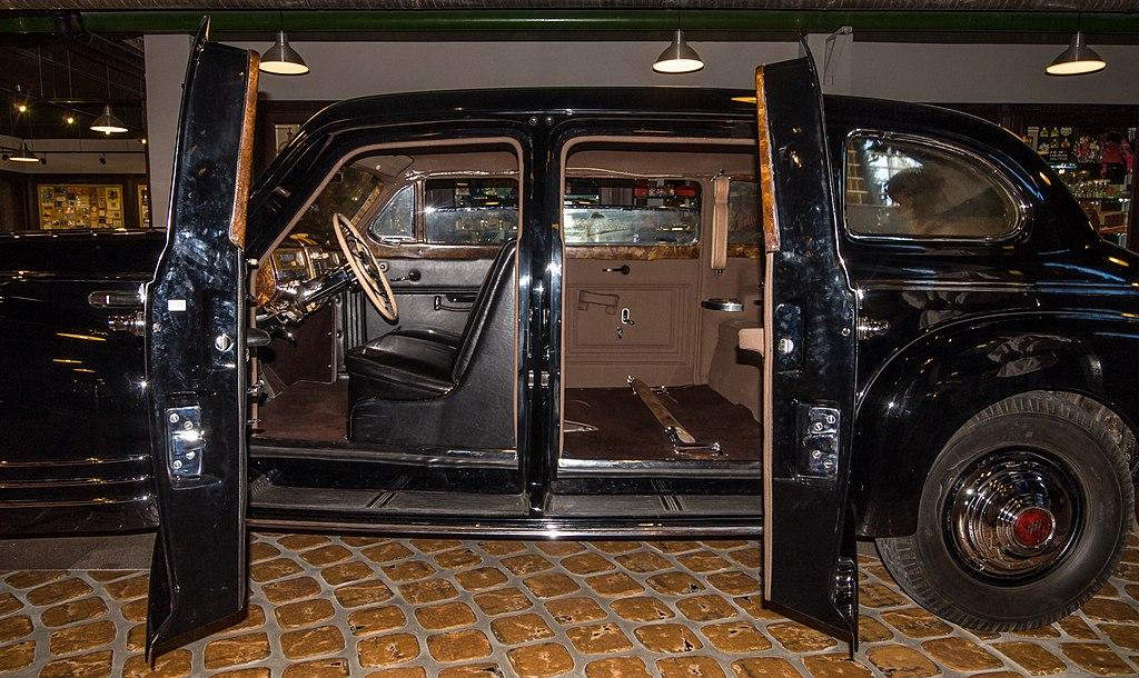 Внутри автомобиля ЗИС-115