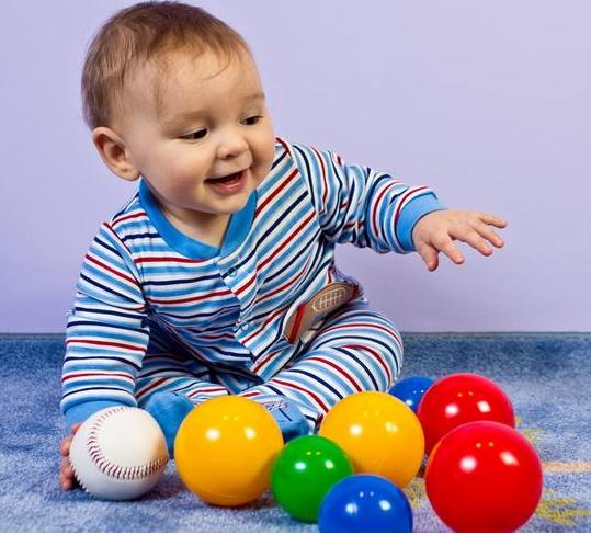 Ребенок радуется игрушке